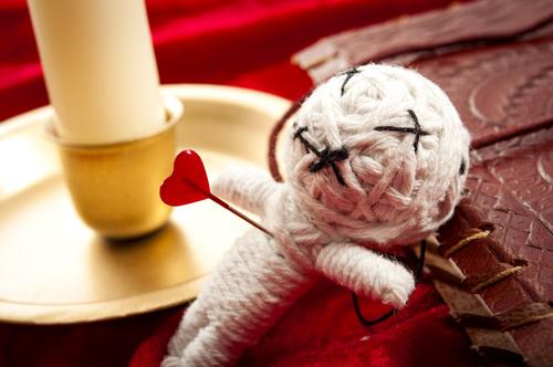 ¿Cómo mejorar la energía de una muñeca vudú?